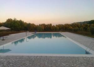 piscina al tramonto