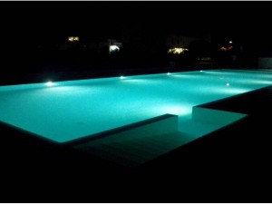 piscina illuminata da 8 fari a led da 56 watt
