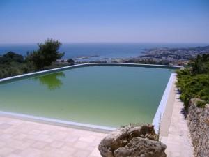 piscina con proliferazione di alghe